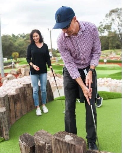 how to play mini golf